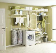 des murs en vert pâle et une machine à laver blanche