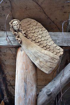 Anděl závěsný Anděl k zavěšení z šamotové hlíny. Pálený na vysokou teplotu. Vhodný do interiéru i do zahrady. Délka 40 cm. Sklon anděla si můžete zvolit sami, zezadu jsou dirky k zavěšení
