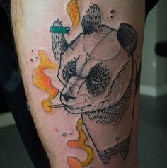 Conheça o trabalho do tatuador alemão Sven Groenewald que usa de efeitos de lápis e pincel para a criação de tatuagens abstratas e cheias de cor.