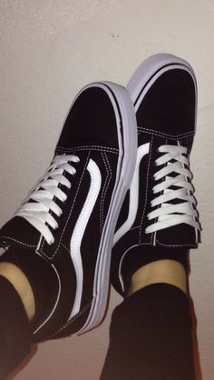 Skating Vibes — Vans Old Skool😳 Nike Air Shoes, Vans Shoes, Vans Old School Preto, How To Wear Vans, Vans Outfit, Aesthetic Shoes, Hype Shoes, Dream Shoes, Leather Boots