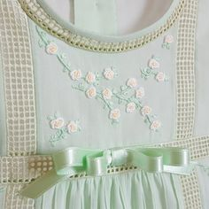 Detalles pijama bebè Sewing Kids Clothes, Sewing For Kids, Baby Sewing, Baby Girl Romper, Baby Dress, Dresses Kids Girl, Kids Outfits, Smocking Baby, Baby Frocks Designs