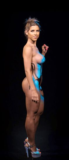 Veja em vídeo acelerado como é feita uma pintura corporal de carnaval; brinque de rodopiar a musa