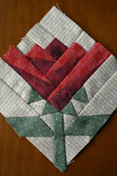 Todos amamos quemar flores, ¿no? No sabes dónde decorar . Quilt Square Patterns, Paper Pieced Quilt Patterns, Mug Rug Patterns, Square Quilt, Pattern Blocks, Patchwork Quilting, Scrappy Quilts, Small Quilts, Mini Quilts