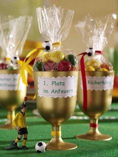 Einweg-Weingläser (Kaufhaus)Sprühfarbe in Gold (z. B. von Marabu; ca. 7 Euro; Bastelladen)Motivschere (ca. 3 Euro;
