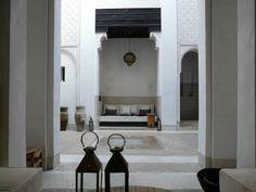 Riad Azzouna 13, Marrakech (Marocco). Un riad intimo (e da conquistare, tanto è nascosto) per regalarsi qualche giorno di pace lontano dal resto del mondo. Entrandovi, subito il suo patio stupisce per la ricercatissima sobrietà: le pareti che salgono fino alle stanze sono decorate secondo lo stile tradizionale, con i muri finemente intagliati. E il bello deve ancora venire. Salendo le scale che conducono alle camere si arriva anche alla terrazza, dove è servita la colazione. Da scoprire.