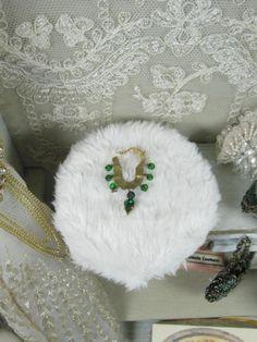 Collana con pietre come smeraldi  dollshouse scala di Bluesmini