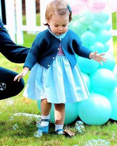 Princess Charlotte at a children's party for Military families during the Royal Tour of Canada on September 29, 2016 in Victoria, Canada. .  she loves balloons.♡ . #princesscharlotte #royalvisitcanada #katemiddleton #duchessofcambridge #princewilliam