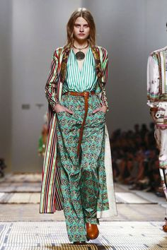 Etro Fashion Show Ready to Wear Collection Spring Summer 2017 in Milan MIXING prints Moda Fashion, Fashion 2017, Fashion News, Runway Fashion, Spring Fashion, Fashion Show, Fashion Outfits, Fashion Design, Fashion Trends
