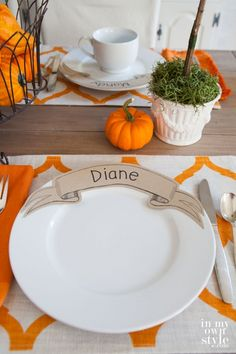Affordable entertaining idea for setting a table with unique place cards that you place on dinner plates. Your guests will want to take them home. Thanksgiving Dinner Plates, Hosting Thanksgiving, Thanksgiving Crafts, Cabin Christmas, Paper Banners, Christmas Table Settings, Printable Paper, Free Printable, Decoration Table