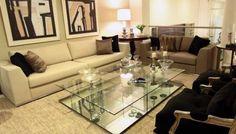 Decoração sala de estar com mesa de centro de espelho e vidro