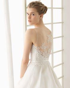 Vestido de noiva de renda, brilhantes e organza de seda com bainha adornada. Coleção 2016 Rosa Clará