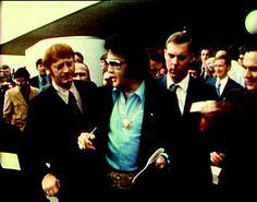 Elvis in january 1971 at the Jaycees luncheron. We can see Red West with Elvis. Memphis Mafia, Lisa, Kings Man, Graceland, Elvis Presley, Friends, Candid, Hero, 1970s