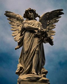 Angel del Cementerio de la Recoleta, Buenos Aires. El cielo es el original de la foto aunque tal vez no lo parezca, solo tiene tratamiento de iluminación con Lightroom.