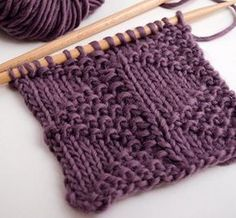 Te enseñaremos cómo tejer el punto triángulos paso a paso. Combina pequeñas … We will teach you how to knit the knitting triangles step by step. It combines small jersey and rice knit flags and is super easy to make. Knitting Stiches, Loom Knitting, Free Knitting, Crochet Stitches, Knit Crochet, Knitting Needles, Free Crochet, Stitch Patterns, Knitting Patterns