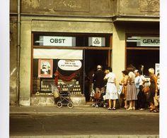 Foto vom Sommer 1983. In Weimar stehen Menschen vor einem Gemüseladen an, dessen Schaufenster ein Karl Marx Bild schmückt. 1983 war in der DDR das Karl Marx Jahr   Foto: Uwe Gerig