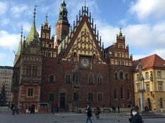 Unsere Reise nach #Polen  hat uns begeistert. Traditionen und historische Gebäude treffen auf moderne, junge und charmante Orte in Polen wie hier das #Rathaus in #Breslau! Wunderschön!