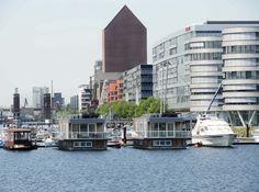 Hier ein Blick von der Brücke in Richtung Schwanentor. Rechts im Bild: Five Boats und Hitachi mit dem Yachthafen davor. Dahinter das neue Landesarchiv.