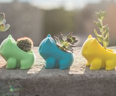 Si no eres muy de plantas, después de ver este macetero de Bulbasaur vas a querer al menos tener un par en casa (o tres, o cuatro). Porque vamos, al genio que se le ha ocurrido esto debe estar cagando dólares. ¿Puede molar más un macetero?. Yo creo que no.