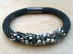 Glasperlenarmbänder - anthrazitfarbenes Häkelarmband Glitzertraum - ein Designerstück von Perlenketten bei DaWanda