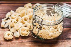 Homemade DIY pasta / noodles as a personal gift! Pasta Noodles, Muesli, Kimchi, Gnocchi, Coconut Flakes, Tofu, Pasta Salad, Spices, Homemade