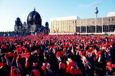 Heile DDR-Welt in Blauhemd und roten Tüchern: Jugendfest vor dem Palast der Republik in Ostberlin, fünf Jahre vor dem Mauerfall. (Foto: Imago Stock&People)