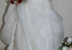 Vestido de Noiva da Pro Noiva, Branco Cru, Organza espanhola. Maravilhoso, com excelente e fino acabamento. Caimento em camadas. Cauda de tamanho médio. Muito elegante.