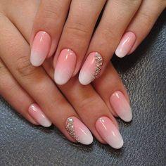 manucure-ombré-élégante-rose-blanc-nail-art-strass