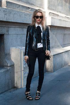 Skinny pants  Un look 'black & white' con pantalones pitilllo y lazo en el cuello de la camisa. ¿Lo que más nos gusta? La chaqueta con destellos 'glitter'.