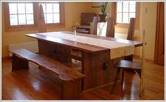 厚みのある天板を使ったワイドなテーブル。木の形をそのまま使ったチェアー。大自然の中にあるペンションにいるような感覚になれます。