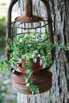 Vintage garden design is a growing trend for outdoor living spaces. We present you vintage garden decor ideas for your garden improvement. Garden Crafts, Garden Projects, Rustic Gardens, Outdoor Gardens, Unique Garden, Cool Garden Ideas, Old Lanterns, Deco Nature, Garden Cottage