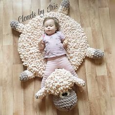 "Häkelanleitung ""The lamb mat"" Kissen Lamm - lastenhuone - Amigurumi Clues Finger Crochet, Finger Knitting, Arm Knitting, Baby Knitting Patterns, Crochet Patterns, Knitting Needles, Crochet Ideas, Crochet Sheep, Crochet Mat"