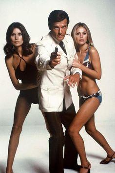 Maud Adams et Britt Ekland sont Andrea Anders et Miss Mary Goodnight dans L'Homme au pistolet d'or en 1974. Leur James Bond ? Roger Moore.