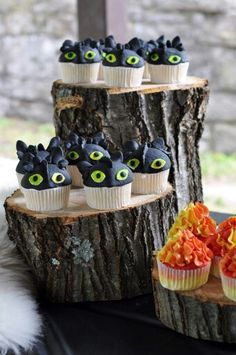 How to train your dragon cupcakes! How to train your dragon cupcakes! Dragon Birthday Cakes, Dragon Birthday Parties, Dragon Cakes, Dragon Party, Birthday Cupcakes, Frozen Birthday, Toothless Party, Toothless Cake, Crochet Toothless