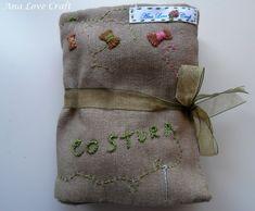 Hoje partilhoo meu saco de costura.  Adorei fazê-lo e a minha filha pediu logo para lhe fazer um igual.  Não é lindo ?!   Today  I share ...