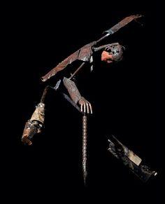 Matteo Baroni -né en 1977 Italie-  Ses sculptures sont créées à partir de la ferraille. Il plie et tord avec soin les pièces de métal pour créer des représentations humaines, certaines à taille réelle, qui d'un remarquable équilibre se tiennent parfaitement sans soutien.  Le plus remarquable, sur ce plan, est le funambule posé en équilibre sur un mince fil de fer.