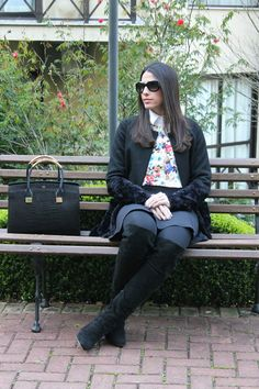 Blog Caca Dorceles. 2014. Meu look: Casaco Barra de Pele. Mixed coat + Zara Blouse + Zara shirt + Zara skirt + Luiza Barcelos boot + Giorgio Armani glasses + Schutz handbag.