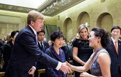 De Koning en Koningin bieden als dank een concert aan van harpiste @LaviniaMeijer  #staatsbezoek #NLinKorea