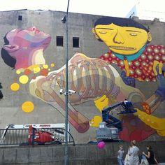 Os Gêmeos se juntam a Aryz para mural na Polônia