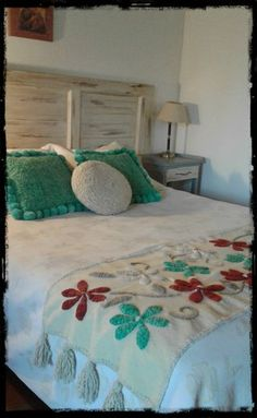 Pie de cama de picote bordado a mano multicolor Mexican Home Decor, Indian Home Decor, Bed Runner, Bed Wrap, Bed Cover Design, Designer Bed Sheets, Floral Bedspread, How To Dress A Bed, Embroidered Cushions