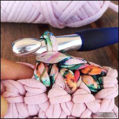 5 cosas básicas que debes saber al tejer con trapillo | SANTA PAZIENZIA Crochet Birds, Crochet Food, Crochet Bear, Diy Crochet, Crochet Flowers, Crochet Animals, Yarn Crafts, Diy Crafts, Crochet Granny Square Afghan