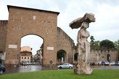 """Porta Romana (verso via Senese). La statua opera di Michelangelo Pistoletto si chiama """"Dietrofront""""."""