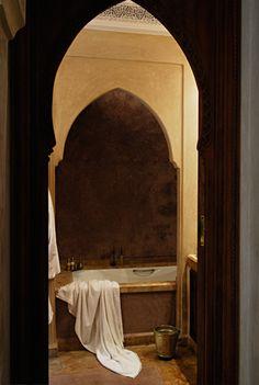 I love this alcove bathtub and tadelakt walls / Riad Marrakech | lavillanomade