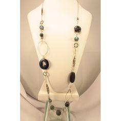 Long collier composé d'un amalgame de pierres différentes. Vous y retrouverai de la dumorite pourpre, des agates, des billes d'acrylique, de l'étain, des perles et du cristal swarovski.  La chaînette et les anneaux sont en acier inoxydable. Création uniqu