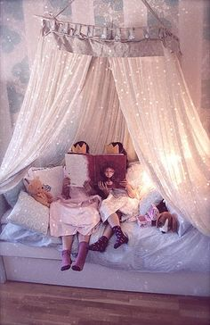#canopy with fairy lights make little girl's room magical