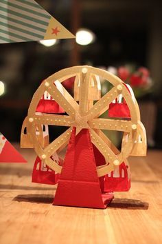 A great piece for your circus or carnival - themed party. Step-by-step instructions on how to make your own paper ferris wheel muffin holder Carnival Themed Party, Carnival Themes, Circus Party, Party Themes, Projects For Kids, Diy For Kids, Crafts For Kids, Circus Crafts, Papier Diy