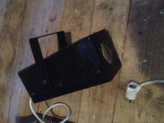 Location Eclairage bougeant au rythme de la musique. Il est fourni avec un pied afin de faciliter son installation.Je loue également une boule à facettes (mais sans moteur), ainsi qu'enceintes et table de mixage ... voir autres annonces