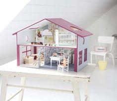Une maison de poupée, le rêve de toute petite fille pour installer sa petite famille.
