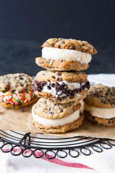 How to Make Ice Cream Cookie Sandwiches from I have a healthy, or shall we say, not so healthy obsession with chocolate chip cookies. And since it's so blazin' hot here in Florida, and most likely where you live too, how about we make some ch… Homemade Ice Cream Sandwiches, Ice Cream Cookie Sandwich, Sandwich Cake, Ice Cream Cookies, Ice Cream Desserts, Cookie Sandwiches, Köstliche Desserts, Frozen Desserts, Ice Cream Recipes