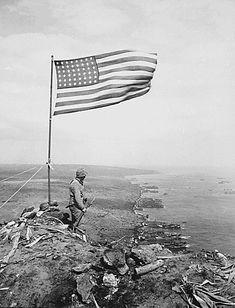 US Marine's on Mount Suribachi Iwo Jima February 1945 Nagasaki, Hiroshima, American History, American Flag, American Soldiers, Battle Of Iwo Jima, Once A Marine, Us Marines, Marine Corps