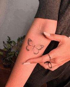Tatuagem feminina de borboleta significado#tatuagem#tatuagemfeminina#tatuagemdeborboleta#tatuagem#tattoofemale#tatuagemfemininaborboleta#tattoborboleta Dainty Tattoos, Dope Tattoos, Dream Tattoos, Pretty Tattoos, Mini Tattoos, Body Art Tattoos, Small Tattoos, Sleeve Tattoos, Tatoos